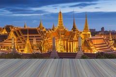 Ανοίγοντας ξύλινο πάτωμα, χρυσό μεγάλο παλάτι της Ταϊλάνδης Στοκ εικόνα με δικαίωμα ελεύθερης χρήσης