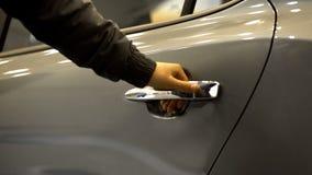 Ανοίγοντας πίσω πόρτα σοφέρ του αυτοκινήτου για τον επιβάτη, υπηρεσία ταξί, αστική μεταφορά στοκ φωτογραφίες με δικαίωμα ελεύθερης χρήσης