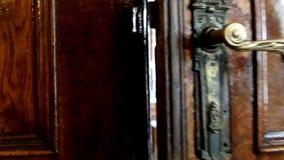 Ανοίγοντας παλαιά εκλεκτής ποιότητας πόρτα απόθεμα βίντεο
