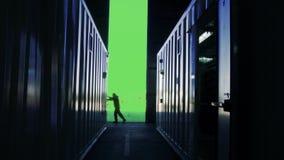 Ανοίγοντας πόρτα ατόμων μιας αποθήκης εμπορευμάτων εμπορευματοκιβωτίων με το πράσινο υπόβαθρο οθόνης φιλμ μικρού μήκους
