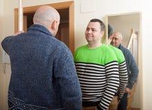 Ανοίγοντας πόρτα ατόμων ο γείτονάς του Στοκ εικόνα με δικαίωμα ελεύθερης χρήσης