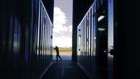 Ανοίγοντας πόρτα ατόμων της αποθήκης εμπορευμάτων εμπορευματοκιβωτίων απόθεμα βίντεο