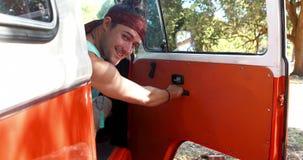 Ανοίγοντας πόρτα ατόμων του φορτηγού και του χαμόγελου τροχόσπιτων προς τη κάμερα 4k απόθεμα βίντεο