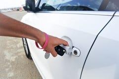 Ανοίγοντας πόρτα αυτοκινήτων ατόμων και κράτημα των κλειδιών αυτοκινήτων Στοκ φωτογραφίες με δικαίωμα ελεύθερης χρήσης