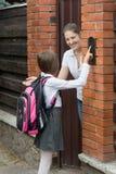 Ανοίγοντας πόρτα μητέρων στην κόρη της που προήλθε από το σχολείο Στοκ φωτογραφία με δικαίωμα ελεύθερης χρήσης