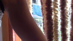 Ανοίγοντας πόρτα μπαλκονιών γυναικών απόθεμα βίντεο