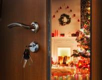 Ανοίγοντας πόρτα στο δωμάτιο Χριστουγέννων, ευπρόσδεκτο στις διακοπές στοκ εικόνα