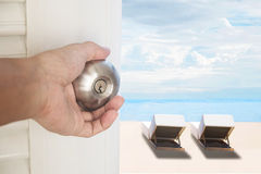 Ανοίγοντας πόρτα χεριών με την παραλία με τις καρέκλες, έννοιες διακοπών Στοκ Φωτογραφία