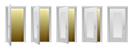 Ανοίγοντας πόρτα Στοκ φωτογραφία με δικαίωμα ελεύθερης χρήσης