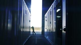 Ανοίγοντας πόρτες μετάλλων αποθηκών εμπορευμάτων εργαζομένων απόθεμα βίντεο