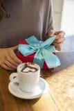 Ανοίγοντας ρομαντικός καφές δώρων Στοκ φωτογραφία με δικαίωμα ελεύθερης χρήσης