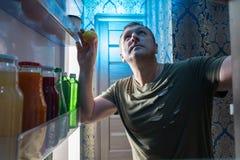 Ανοίγοντας σύνολο ψυγείων ατόμων των τροφίμων στοκ φωτογραφίες
