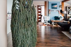 Ανοίγοντας το χριστουγεννιάτικο δέντρο στο σπίτι Στοκ Εικόνες