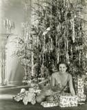 Ανοίγοντας χριστουγεννιάτικα δώρα Στοκ Φωτογραφία