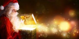 Ανοίγοντας χριστουγεννιάτικο δώρο Άγιου Βασίλη Στοκ φωτογραφίες με δικαίωμα ελεύθερης χρήσης