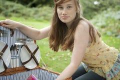 ανοίγοντας picnic κοριτσιών καλαθιών Στοκ φωτογραφία με δικαίωμα ελεύθερης χρήσης