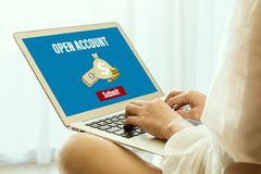 Ανοίξτε έναν τραπεζικό λογαριασμό on-line στοκ εικόνα με δικαίωμα ελεύθερης χρήσης