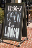 Ανοίξτε για το σημάδι πινάκων κιμωλίας εστιατορίων μεσημεριανού γεύματος Στοκ Εικόνες