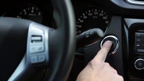 Ανοίξτε τη μηχανή αυτοκινήτων με το κουμπί έναρξης απόθεμα βίντεο