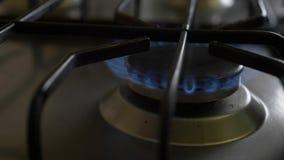 Ανοίξτε τη σόμπα αερίου, κινηματογράφηση σε πρώτο πλάνο o απόθεμα βίντεο