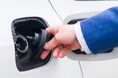 Ανοίξτε το καπάκι της δεξαμενής καυσίμων στο αυτοκίνητο Ανεφοδιασμός σε καύσιμα οχημάτων σε έναν επιχειρηματία βενζινάδικων σε έν Στοκ φωτογραφία με δικαίωμα ελεύθερης χρήσης