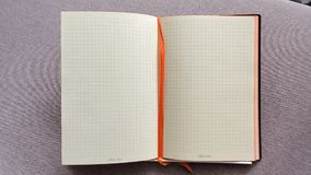 Ανοίξτε το σημειωματάριο σε ένα κλουβί στον πίνακα Ανοικτό ημερολόγιο στο κιβώτιο Τηλεοπτική κίνηση κινηματογραφήσεων σε πρώτο πλ απόθεμα βίντεο