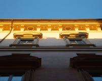 Ανοδική άποψη σε ένα τμήμα ενός εν μέρει ηλιοφώτιστου σπιτιού στοκ εικόνα