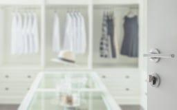Ανοιγμένη άσπρη πόρτα για να περπατήσει στο δωμάτιο ντουλαπιών με τον πίνακα κομμών στοκ φωτογραφία με δικαίωμα ελεύθερης χρήσης