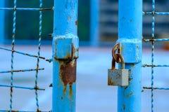 Ανοιγμένη μπλε πύλη με τη βασική κλειδαριά στοκ φωτογραφίες