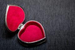 Ανοιγμένη παλαιά εκλεκτής ποιότητας ασημένια καρδιά-διαμορφωμένη κασετίνα στο γκρίζο υπόβαθρο απομονωμένος Στοκ εικόνα με δικαίωμα ελεύθερης χρήσης