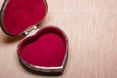 Ανοιγμένη παλαιά εκλεκτής ποιότητας ασημένια καρδιά-διαμορφωμένη κασετίνα χρωματισμένο στο φως υπόβαθρο απομονωμένος Στοκ εικόνα με δικαίωμα ελεύθερης χρήσης