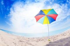 Ανοιγμένη πολύχρωμη ομπρέλα θαλάσσης στην παραλία άμμου Στοκ Φωτογραφία