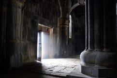 Ανοιγμένη πόρτα μέσα στην αρχαία χριστιανική εκκλησία, μοναστήρι Sanahin, u Στοκ εικόνες με δικαίωμα ελεύθερης χρήσης