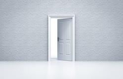 Ανοιγμένη πόρτα με τον άσπρο τουβλότοιχο Στοκ Φωτογραφίες