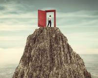 Ανοιγμένη πόρτα στο βουνό διανυσματική απεικόνιση