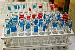 Ανοιγμένοι χαρακτηρισμένοι σωλήνες δοκιμής για τα δείγματα για την ανάλυση στο εργαστήριο στοκ φωτογραφία με δικαίωμα ελεύθερης χρήσης