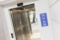 Ανοιγμένος ανελκυστήρας για τις μητέρες και εκτός λειτουργίας φυσικά στοκ εικόνα