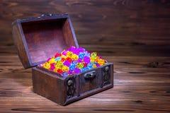 Ανοιγμένος θωρακικός θησαυρός με τη διακόσμηση κοσμημάτων πέρα από το ξύλινο backgrou Στοκ εικόνες με δικαίωμα ελεύθερης χρήσης
