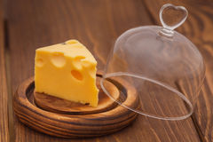 Ανοιγμένος θόλος γυαλιού με το κομμάτι του τυριού Στοκ εικόνα με δικαίωμα ελεύθερης χρήσης