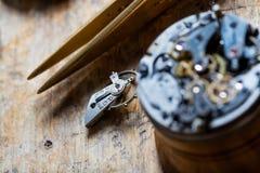 Ανοιγμένος μηχανισμός ρολογιών σε έναν watchmakers πάγκο Στοκ φωτογραφία με δικαίωμα ελεύθερης χρήσης