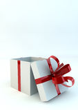 Ανοιγμένο άσπρο κιβώτιο δώρων με τις κόκκινες κορδέλλες Στοκ Εικόνα