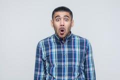 Ανοιγμένο άτομο στόμα και κραυγή Έχετε ένα συγκλονισμένο πρόσωπο και μεγάλα μάτια στοκ φωτογραφίες