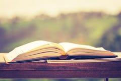 Ανοιγμένο βιβλίο υπαίθριο στοκ εικόνα