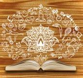 Ανοιγμένο βιβλίο με τα σκίτσα γιόγκας σε ένα ξύλινο υπόβαθρο Στοκ Εικόνες