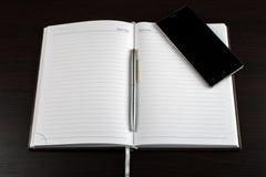 Ανοιγμένο βιβλίο σημειωματάριων στον πίνακα Στοκ φωτογραφία με δικαίωμα ελεύθερης χρήσης