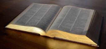 Ανοιγμένο βιβλίο στον πίνακα στοκ εικόνα