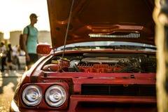 Ανοιγμένο γρήγορο αυτοκίνητο μυών φυλών bonet κατά τη διάρκεια ενός ηλιοβασιλέματος στοκ εικόνα