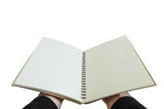 Ανοιγμένο εκμετάλλευση σημειωματάριο χεριών, που απομονώνεται στο άσπρο υπόβαθρο Στοκ εικόνες με δικαίωμα ελεύθερης χρήσης