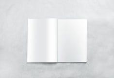 Ανοιγμένο κενό πρότυπο σελίδων περιοδικών, που απομονώνεται στο κατασκευασμένο υπόβαθρο Στοκ Εικόνες
