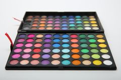 Ανοιγμένο κιβώτιο με μια ζωηρόχρωμη παλέτα των σκιών makeup στοκ φωτογραφίες